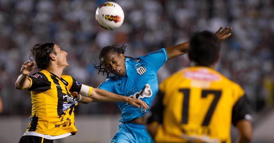 Arouca disputa jogada pelo alto no jogo entre Santos e The Strongest (19/04/12)