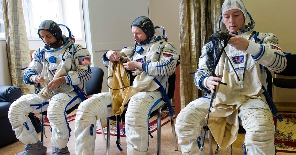 Astronautas passam por treinamento em centro espacial perto de Moscou