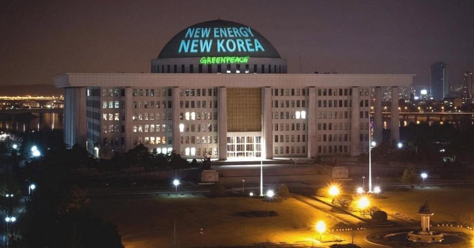 """Ativistas do Greenpeace projetam frase """"Nova energia, nova Coreia"""" sobre o prédio do Parlamento sul-coreano em Seul, capital do país"""
