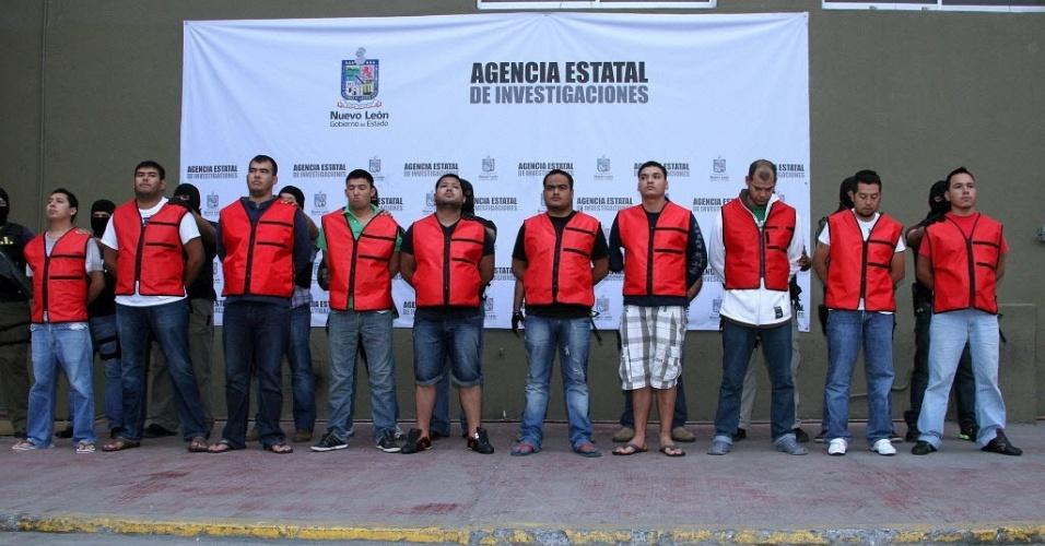 Autoridades do México apresentam onze suspeitos de integrar o grupo criminoso Cartel del Golfo, ligados a 21 assassinatos e cinco sequestros. O bando foi preso nesta quinta-feira (19), no aeroporto de Monterrey, quando o grupo voltava de férias de Cancún com cerca de 80 parentes