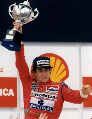 Ayrton Senna celebra vitória no GP de Interlagos, em 1991