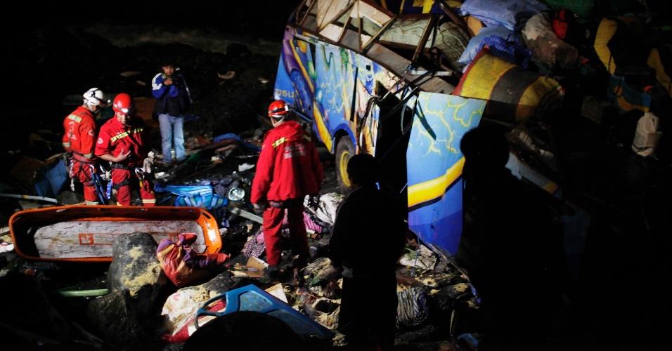 Bombeiros buscam sobreviventes após grave acidente de ônibus no subúrbio de Chaco, na Bolívia. Segundo a polícia, ao menos 20 pessoas morreram e 31 ficaram feridas após o veículo cair em uma ravina