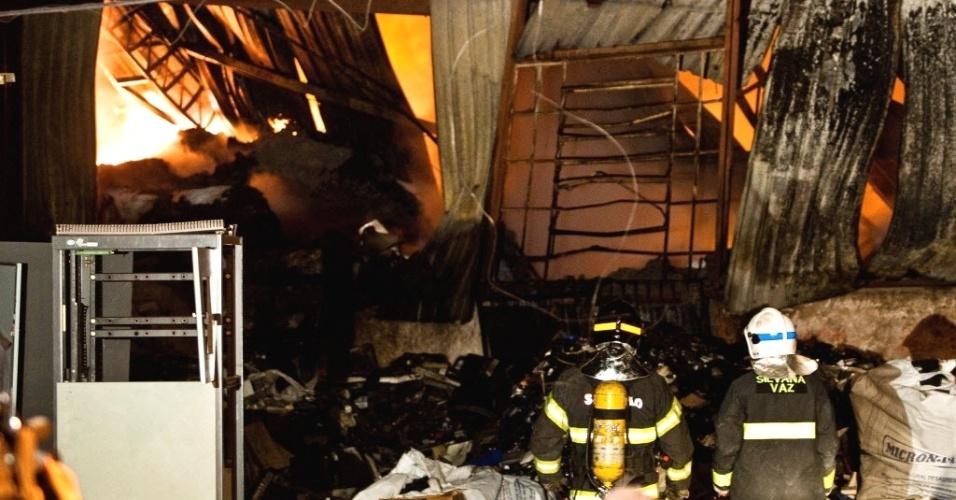 Bombeiros contêm chamas de incêndio de grandes proporções em fábrica de material reciclável próximo ao km 218 da rodovia Presidente Dutra, na região de Guarulhos (SP)