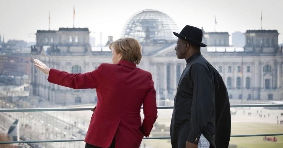 Chanceler alemã, Angela Merkel (esquerda), mostra a vista da capital do país, Berlim, ao presidente da Nigéria, Goodluck Ebele Jonathan, na sede da chancelaria