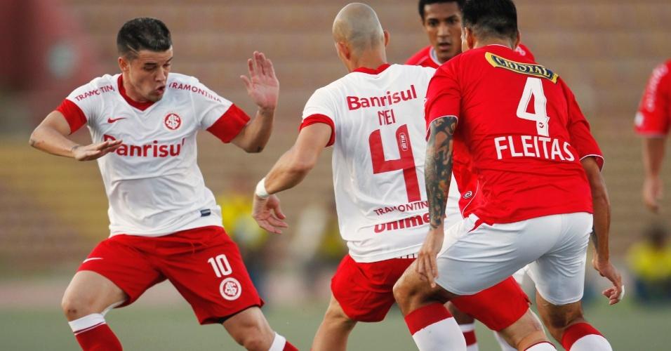 D'Alessandro tenta a tabela com Nei no jogo entre Internacional e Juan Aurich (19/04/12)
