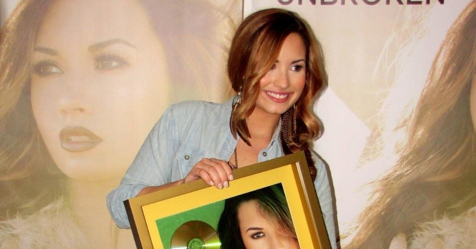 Demi Lovato posa para fotos em coletiva de imprensa antes de seu show no Rio de Janeiro (19/4/12)