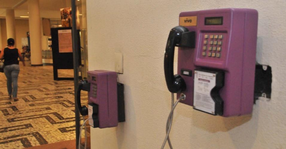 Dois aparelhos de telefones públicos de cor lilás foram instalados no Conjunto Nacional da avenida Paulista em São Paulo, após os serviços Telefônica passarem a se chamar Vivo