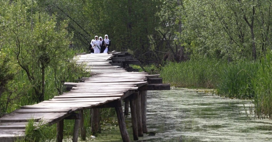 Estudantes da Caxemira cruzam ponte em Srinagar, na Índia