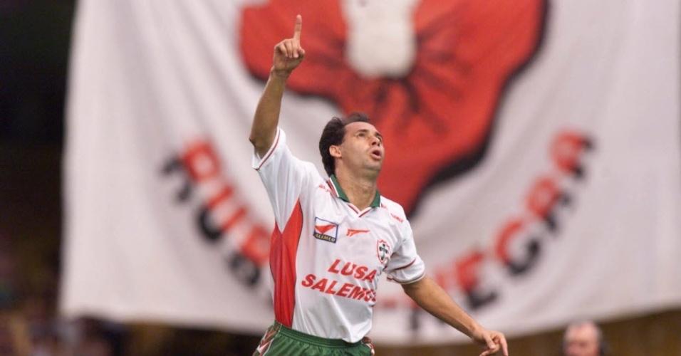 Evair celebra gol da Portuguesa diante do Flanmengo (1998)
