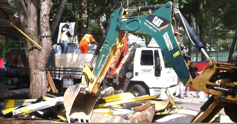Funcionários da Prefeitura de São Paulo desmontam barracas de ambulantes em praça no Largo 13, zona sul da capital paulista. O município diz que obteve a reintegração de posse da área, ocupada desde 1997 por camelôs