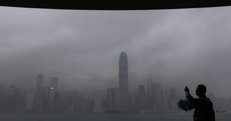 Homem fotografa cidade durante forte tempestade em Hong Kong, na China