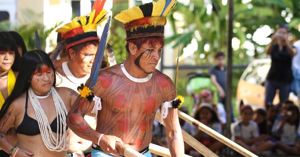 Indígenas realizam apresentação para estudantes do Ensino Fundamental no Museu do Índio,  localizado no Rio de Janeiro, nesta quinta-feira,  data que se comemora o Dia do Índio