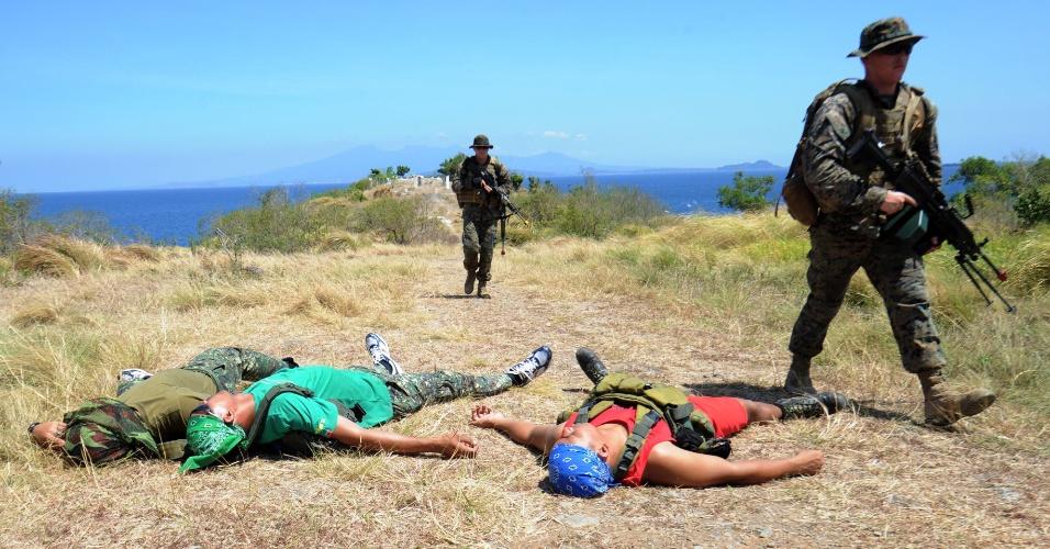Integrantes das Marinha norte-americanos e filipinos participam de simulação militar em centro de treinamento na cidade de Ternate, nas Filipinas