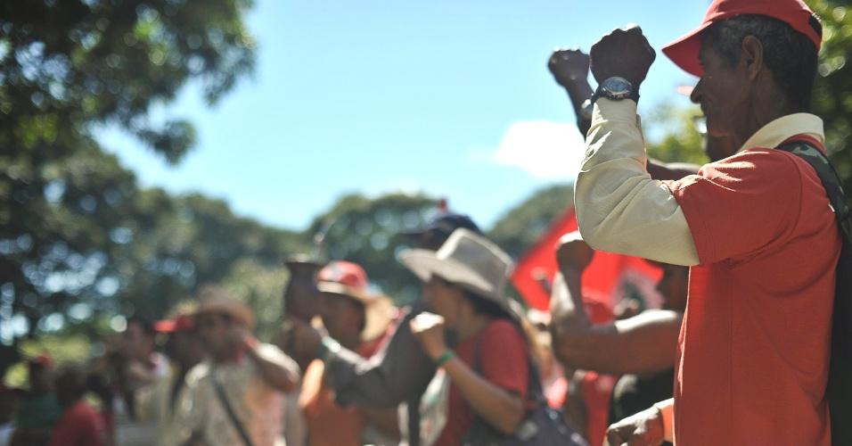 Integrantes do MST ocupam o estacionamento do Ministério do Planejamento, em Brasília, como parte do Abril Vermelho, uma luta pela reforma agrária e pela punição dos responsáveis pela morte de 21 sem-terra pela polícia em Eldorado dos Carajás, no Pará, em 17 de abril de 1996