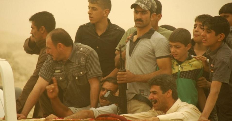 Iraquianos se debruçam sobre caixão de uma das vítimas de bombardeio em Samarra, a 100 km de Bagdá, capital do país. Mais de 20 bombas atingiram cidades iraquianas, deixando ao menos 36 mortos e cerca de 150 feridos