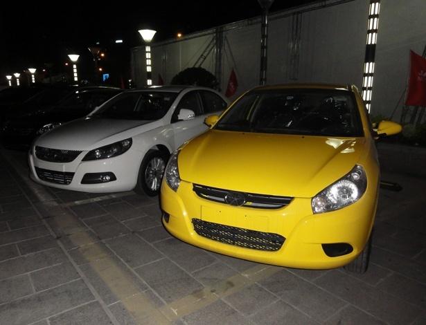 Em primeiro plano, J3 estacionado em pátio de unidade da JAC na China. Brasil deve contar três novidades ligadas ao modelo nos próximos meses: motor flex, versão Sport e novo visual - Eugênio Augusto Brito/UOL
