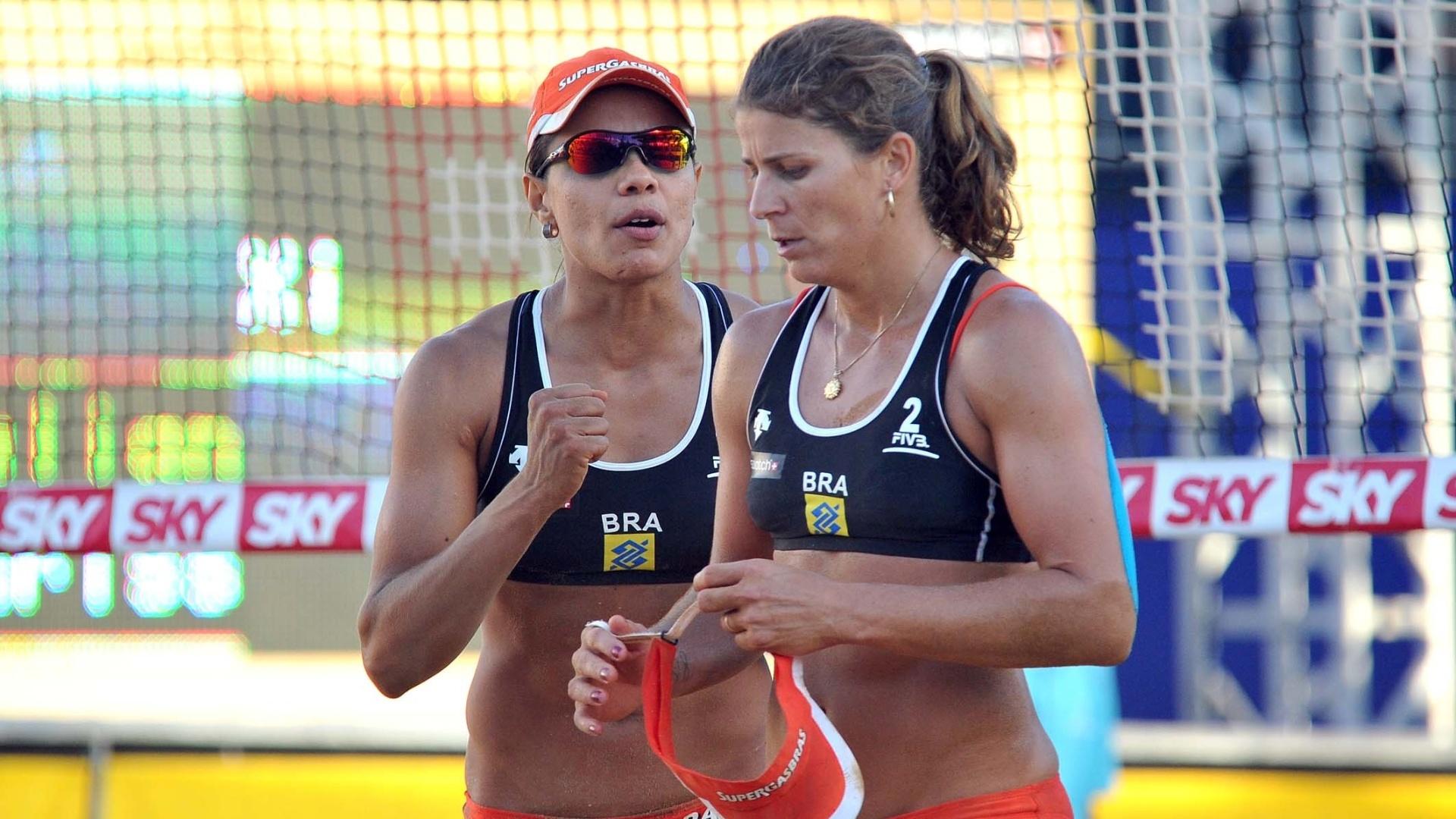 Juliana (e) conversa com Larissa durante derrota para dupla chinesa na etapa de Brasília do Circuito Mundial de vôlei de praia (19/04/2012)