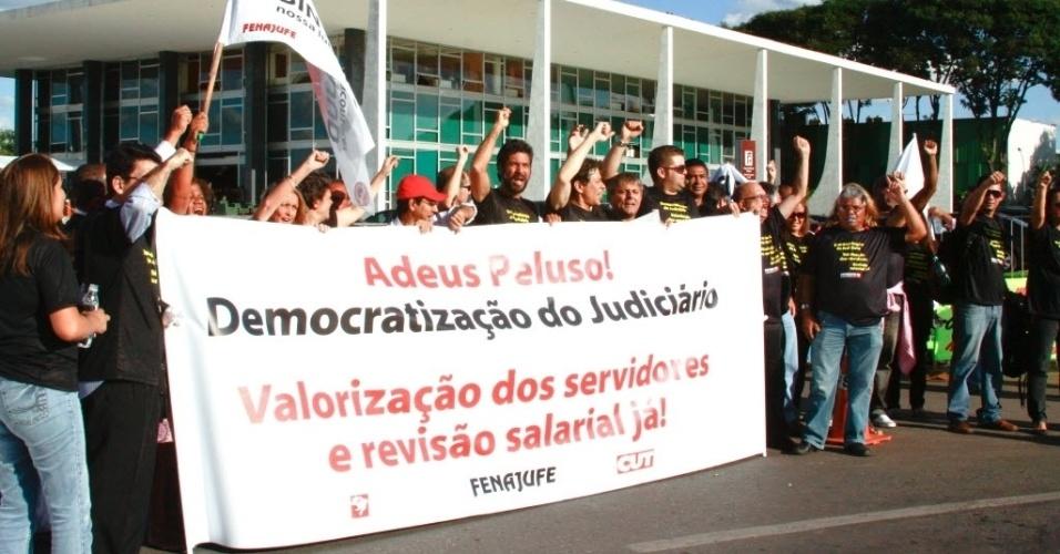Manifestacao em frente ao Supremo Tribunal Federal (STF), em Brasília, durante a posse do novo presidente, Ayres Britto, pedem a democratizacão do judiciário,  a valorizacao dos servidores e a realizacão de concurso na área