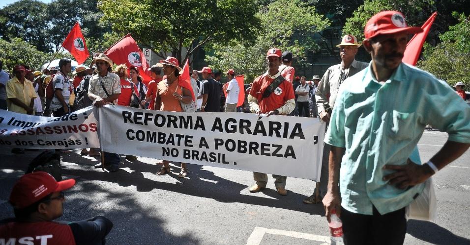 Manifestantes do Movimento dos Trabalhadores Rurais Sem Terra (MST) protestam no estacionamento do Ministério do Planejamento, em Brasília