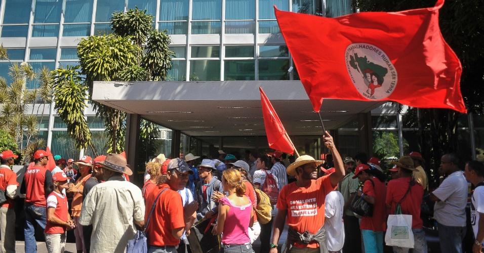 Membros do Movimento dos Trabalhadores Rurais Sem Terra (MST) protestam no estacionamento do Ministério do Planejamento, em Brasília