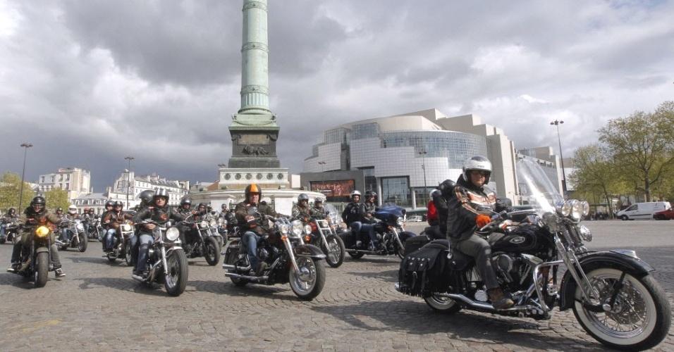 Motociclistas dirigem suas Harley-Davidson em frente à Praça da Bastilha em Paris, na França