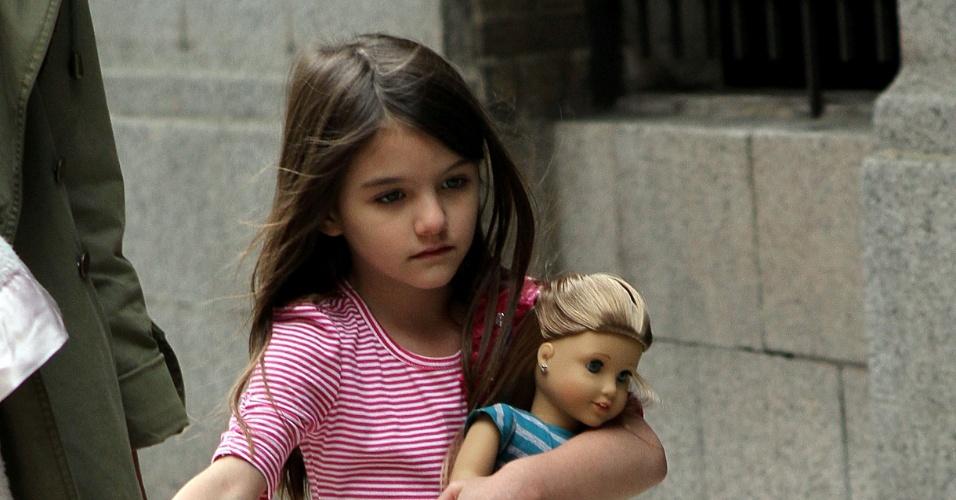 No seu aniversário de 6 anos, Suri Cuise passeia com uma boneca nos braços pelas ruas de Nova York (18/4/12)