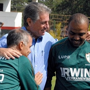 Novo gerente de futebol da Portuguesa, Candinho cumprimenta técnico Jorginho e o auxiliar Anderson Lima no CT do Parque Ecológico (19/04/2012)