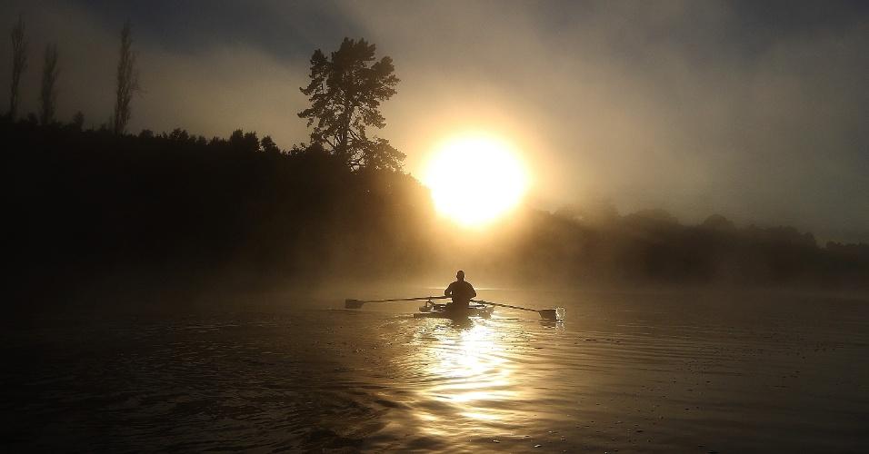 O atleta paraolímpico Danny McBride rema no Lago Carapiro, em Cambridge, Nova Zelândia (19/04/2012)