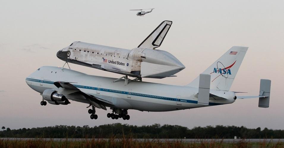 O avião 747 modificado da Nasa (agência espacial americana) decola com o ônibus espacial Discovery