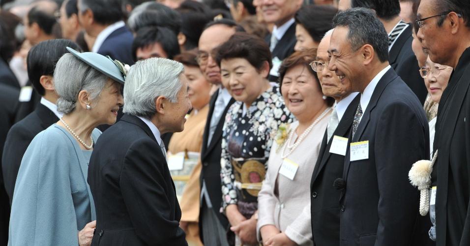 O imperador do Japão, Akihito, acompanhado pela Imperatriz Michiko, conversa com astronauta japonês no Jardim imperial do Palácio Akasaka, em Tóquio