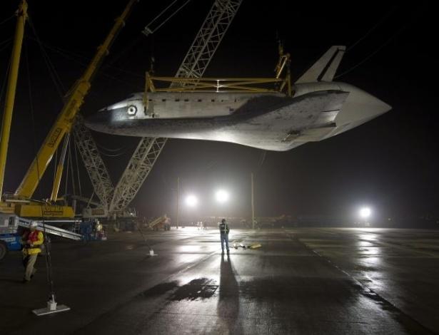 O ônibus espacial Discovery é retirado do avião 747 modificado da Nasa