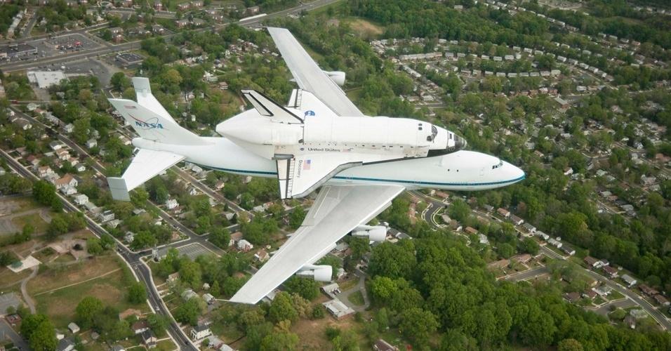 O ônibus espacial Discovery sobrevooa Washington
