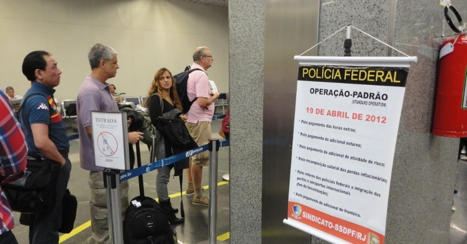 Operação-padrão do polciais federais aeroporto do Galeão, no Rio, teve espera de 30 minutos para embarque. Os atrasos se devem à ação de  policiais que exigem o fim da terceirização nos postos de imigração, responsável pelo serviço de revista de documentação e bagagem dos passageiros.