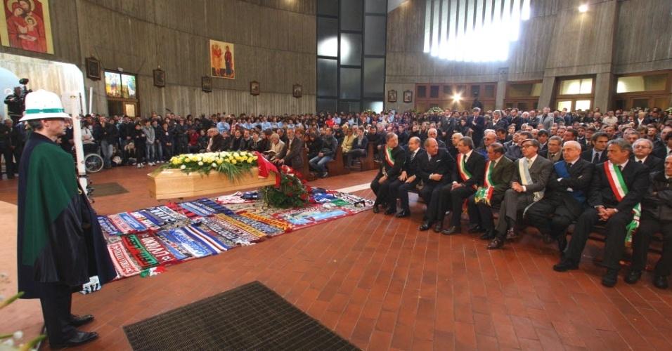 Parentes, amigos e fãs lotam igreja de San Gregorio Barbarigo, em Bergamo (Itália), para o velório do jogador italiano Piermario Morosini, morto durante uma partida em 14 de abril