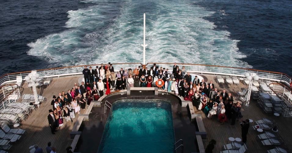 Passageiros do cruzeiro memorial do Titanic posam com roupas de época nesta quinta-feira para uma última foto oficial próximo a Cape Cod, nos Estados Unidos