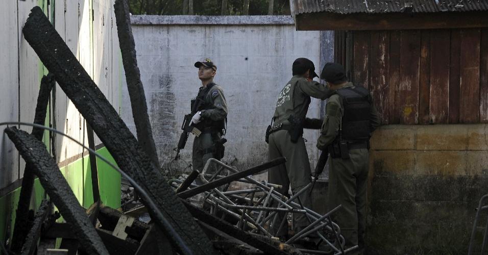 Policiais inspecionam prédio de escola que foi incendiada por militantes separatistas na província de Narathiwat, na Tailândia