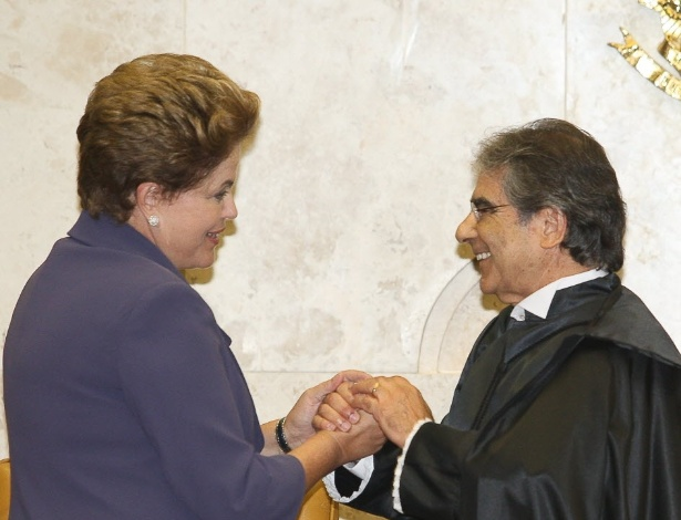 Presidente Dilma Rousseff cumprimenta o novo presidente do Superior Tribunal Federal (STF), Ayres Britto após sua posse