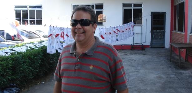 Presidente do Bangu, Jorge Varela, à frente do varal onde secam os uniformes do time - Caio Barbosa/UOL
