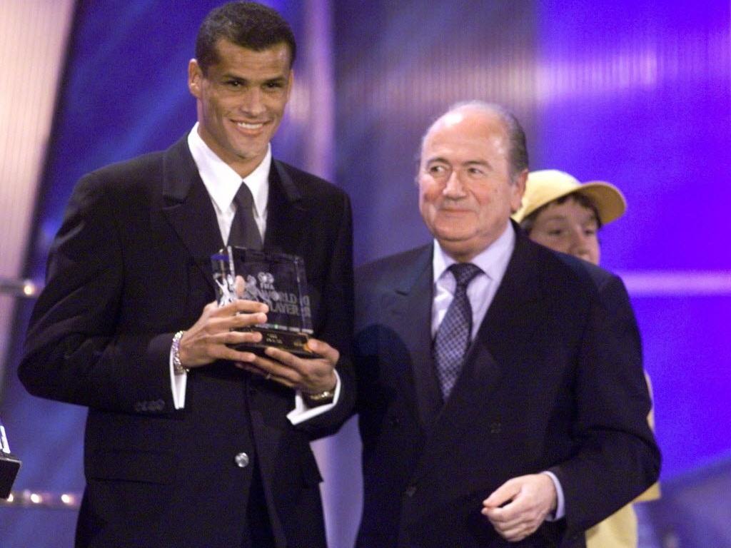 Rivaldo recebe o prêmio de melhor jogador do mundo, em 1999