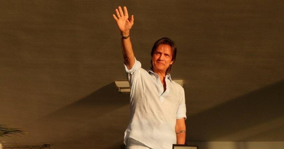 Roberto Carlos  acena para fãs do seu apartamento na Urca, na zona sul do Rio (19/4/2012)