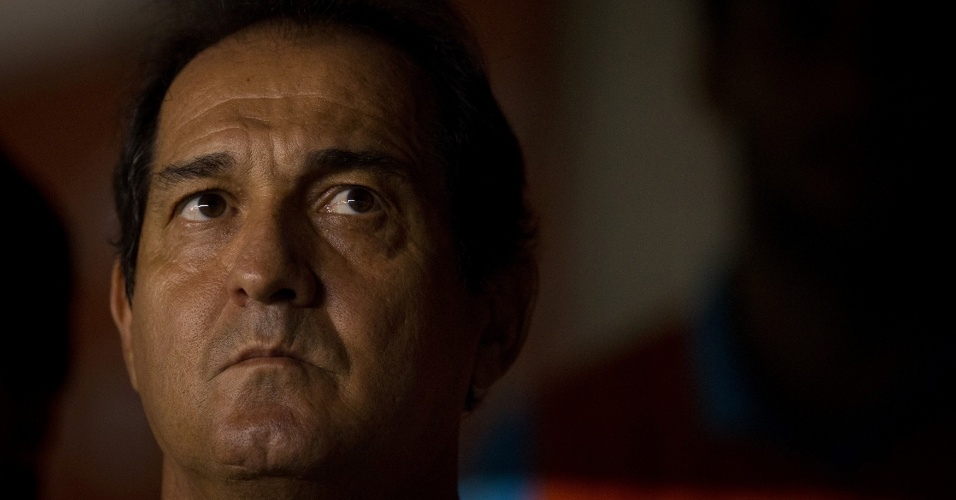 Técnico Muricy Ramalho observa seus comandados no jogo entre Santos e The Strongest (19/04/12)