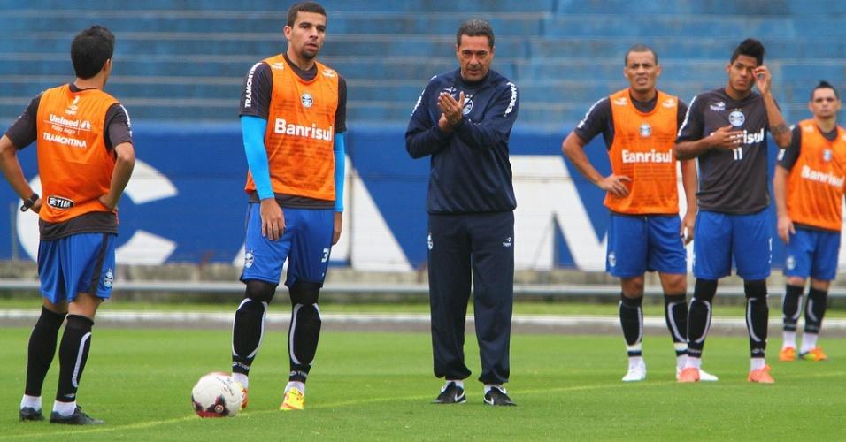 Técnico Vanderlei Luxemburgo orienta os jogadores do Grêmio no treinamento desta quinta-feira (19/04/2012)