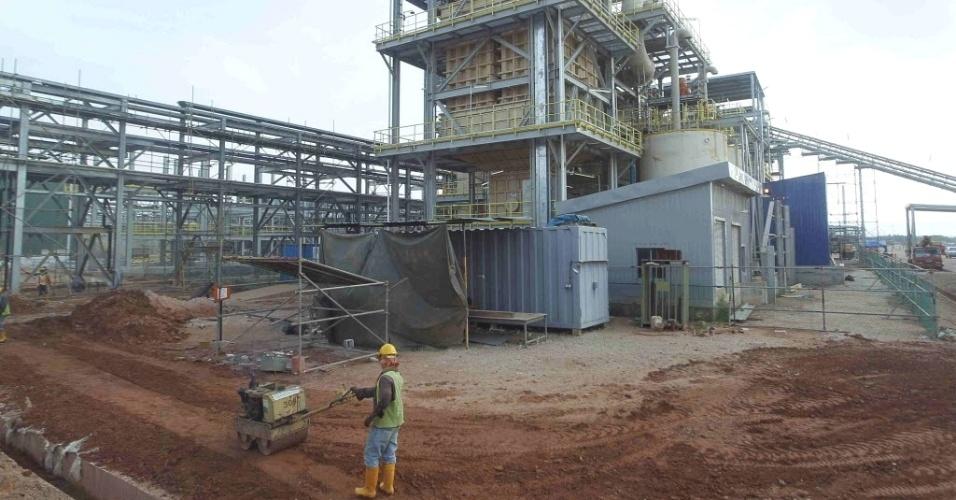 Trabalhador opera máquina em mineradora na área de Gebeng, na Malásia. Moradores da região, a 270 km da capital do país, Kuala Lumpur, questionam os possíveis riscos ambientais da construção, obra da empresa de minério australiana Lynas Corp