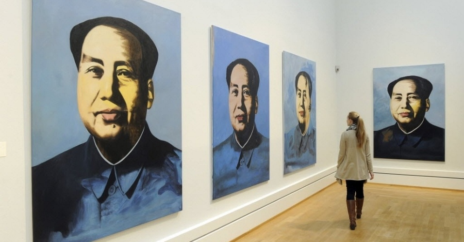 Visitante observa quadro do artista Jonathan Monk, em exposição na cidade de Karlsruhe, na Alemanha