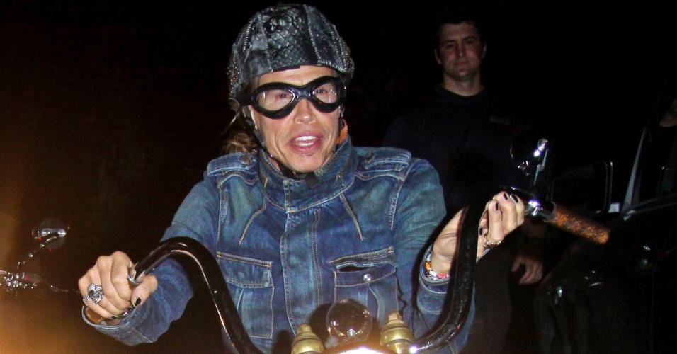 Vocalista do Aerosmith, Steven Tyler, passeia com sua motocicleta pelas ruas da Califórnia (18/4/12)