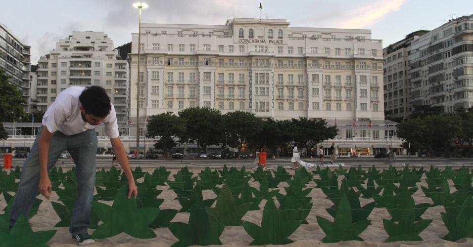 Ativistas favoráveis à legalização da maconha realizam ato nas areias na Praia de Copacabana, no Rio de Janeiro, nesta sexta-feira (20). Segundo eles, quatrocentas e vinte réplicas da folha da erva foram espalhadas na areia da praia