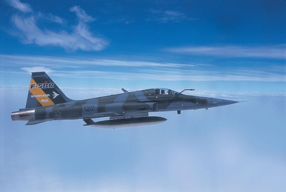 Avião militar F-5 BR, modernizado pela Embraer