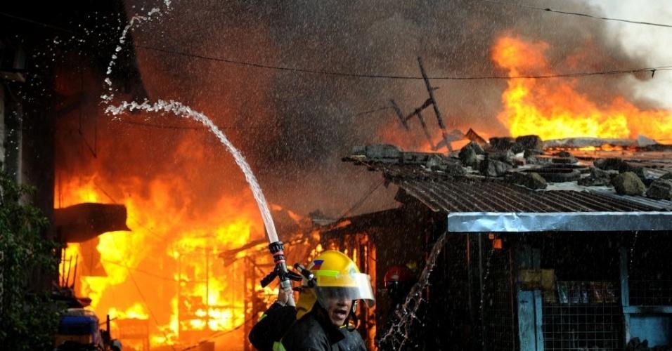 Bombeiros combatem incêndio em assentamento na capital do país, Manila. Cerca de 150 famílias perderam seus lares, segundo as autoridades. Não há informações sobre mortos