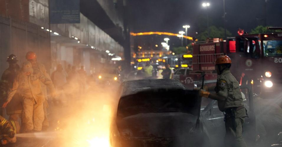 Bombeiros combatem incêndio em um carro na avenida Presidente Vargas, ao lado do prédio dos Correios, na Cidade Nova, centro do Rio de Janeiro