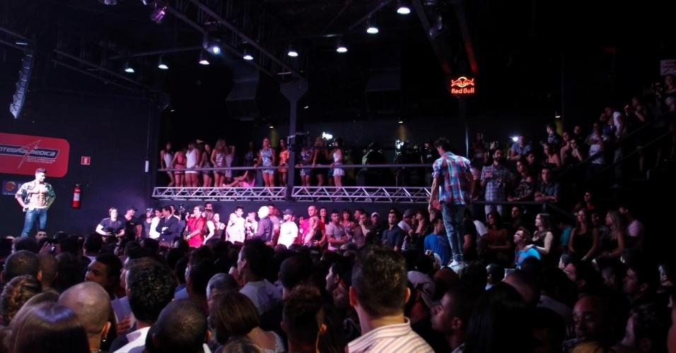 Candidatos desfilam de calça e camisa